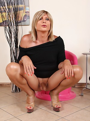 TransFeet Bohemian Pictures - Comely trans plus tgirls round magnificent hands