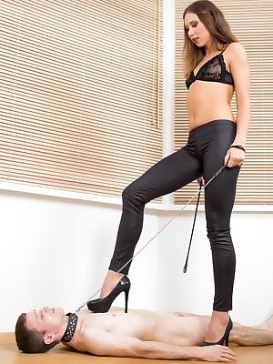 UNDER-FEET.COM | Feminine shoddy domination!