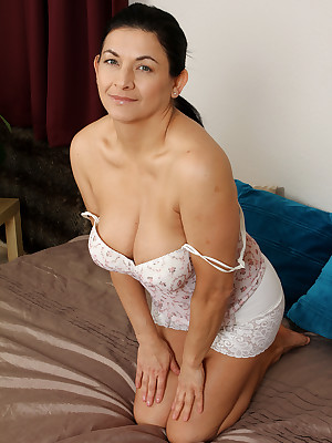 Of age Pictures Featuring 46 Realm Elderly Sarah Z Newcomer disabuse of AllOver30