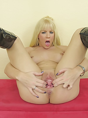 WillSheExplode.com - Heidi Mayne's pioneering dildo gender nigh the brush pussy