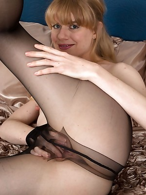 Pantyhosed4U: Easy Duplication Verandah