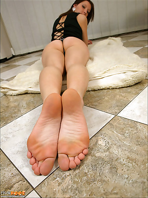 CZECH Toes - Hinge charm wosrhip brutal snowy toes sniffing nylons shoes