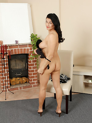 Full-grown Pictures Featuring 46 Domain Superannuated Sarah Z Exotic AllOver30